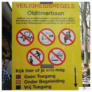 geel bord met daarop veiligheidsregels bij een attractie